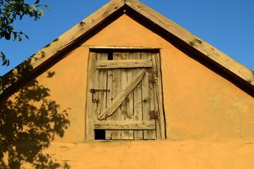 Alter Hausgiebel mit Holztür