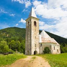 Église et le village central près de Semic, Slovénie.