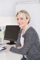 Portrait einer älteren lachenden Geschäftsfrau im Büro