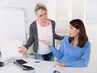 Mobbing: Streit unter zwei Frauen im Büro: Tadel und Kritik