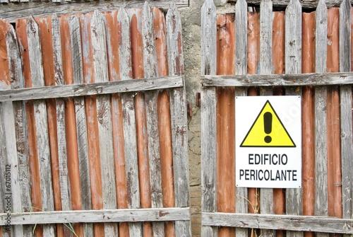 segnale di pericolo,cartello  avvertenza  edificio pericolante