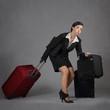 femme tirant ses valises