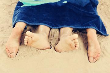 couple faisant l'amour sur plage