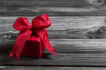 Ein rotes Gechenk mit Schleife als Gutschein zu Weihnachten