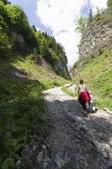 Młoda kobieta na górskim szlaku