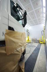 carrossier - camion en cabine de peinture