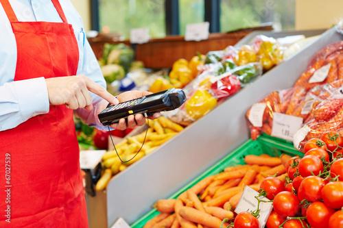 Hand bedient Datenerfassungsgerät im Supermarkt - 67027539