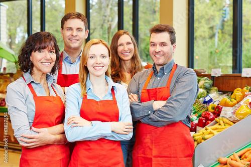 Mitarbeiter Team im Supermarkt - 67027554
