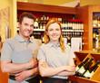 Marktleiter und Verkäuferin im Weinhandel