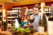 Paar kauft Wein im Weinhandel