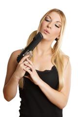 junge hübsche Frau bläst ihre Waffe aus