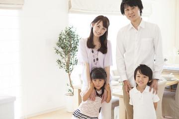 リビングに立つ家族