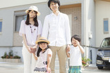 Fototapety 家の前に立つ家族