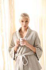 hübsche Blondine im Morgenmantel