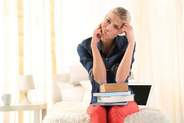 gestresste Schülerin muss viel lernen