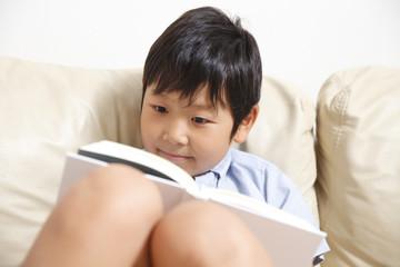 本を読む小学生