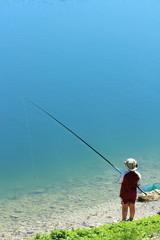 bimbo che pesca
