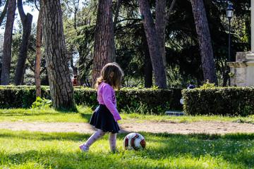 bambina che gioca in un parco