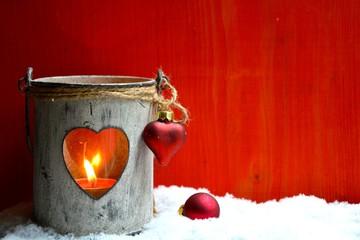 Laterne mit Herz im Schnee