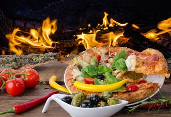 Lecker: Frisch gebackene Pizza vor offenem Feuer :)