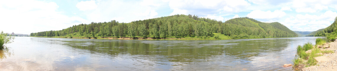 Панорама на лесные холмы через реку