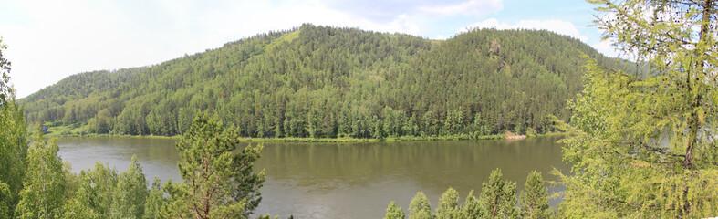 Панорамный вид на лесные холмы и реку