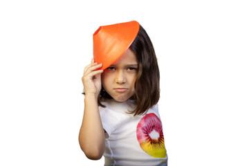 Niña haciendo un brindis con sombrerito naranja