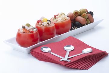 aperitivo di pomodori ripieni e spiedini