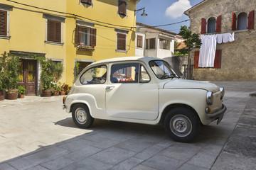 Voiture ancienne dans les rues d'Istrie