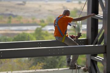 Ouvrier travaillant sur une structure métallique industrielle