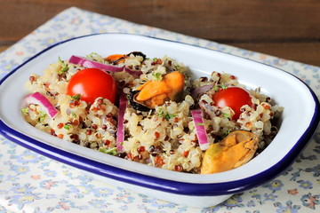 Quinoa salad with mussels, onions and tomatoes