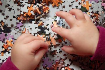 Kind setzt ein Puzzle zusammen