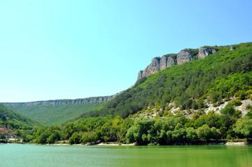 скалы над озером