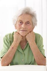 portrait d'une femme senior se tenant le visage