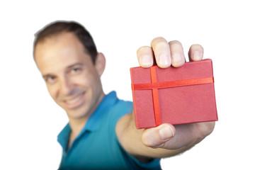 Hombre con polo azul sujetando caja de regalo roja