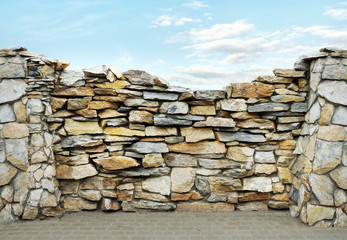 Fence made ​​of flat stones