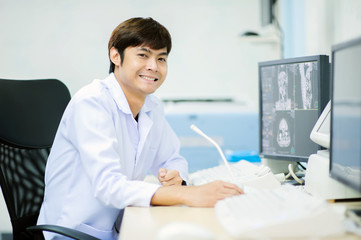 veterinarian doctor with MRI computer control