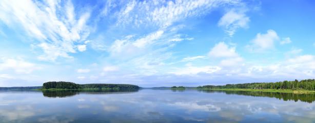 панорамный пейзаж с озером и облаками