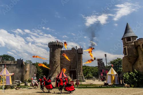 Leinwanddruck Bild Les Chevaliers et l'attaque du château du Puy du Fou