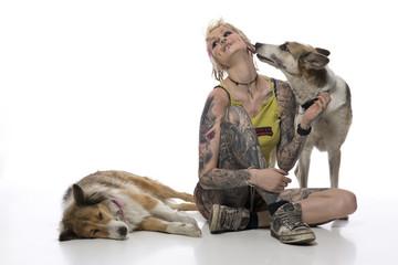 junge Punkerin spielt mit ihren Hunden