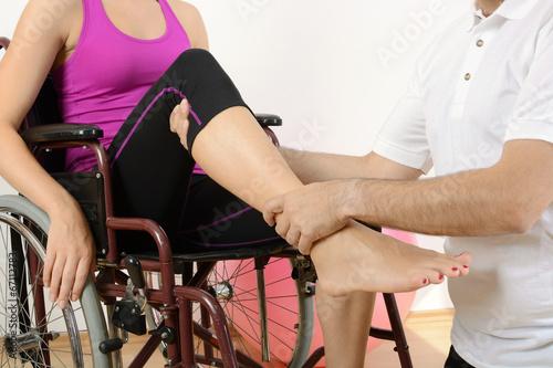 Frau im Rollstuhl bei Physiotherapie - 67112783