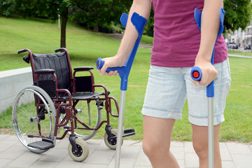 Frau mit Gehbehinderung spaziert im Park