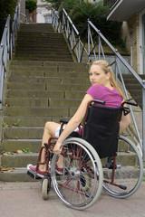 Twen im Rollstuhl vor Treppe als Hindernis