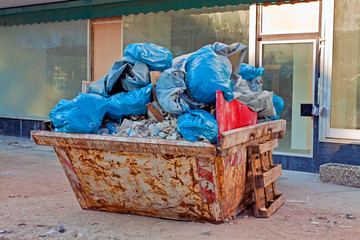 Baucontainer mit Müllsäcken