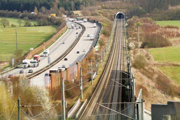Eisenbahn und Autobahn nebeneinader