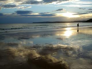 Hombre paseando en la playa