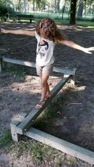 Bambina sulla giostra
