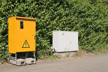 Ein Baustromverteiler neben einem Stromkasten