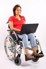 Behinderte Frau mit Laptop