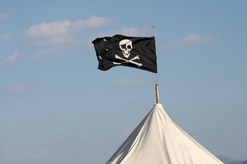 Pavillon ' pirates ' au sommet d'un campement